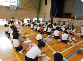 地域小学校への備蓄用缶詰寄贈・食育活動
