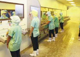 工場入場前手洗室